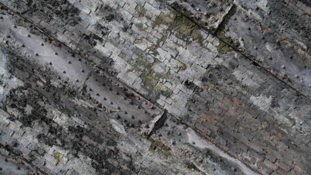 Textura-de-ladrillo-musgo-y-acero-placa-con-luz-del-sol-dappled-