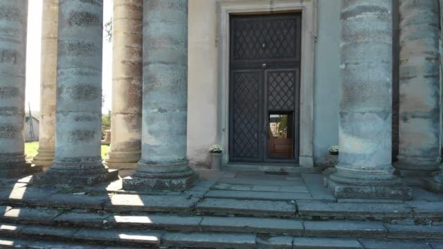 Antiguos-pasos-y-pilares-cerca-de-la-iglesia-viejo-católica
