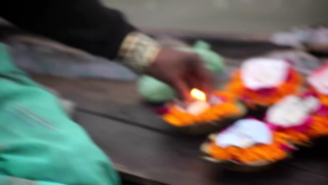Mujer-la-venta-de-flores-por-Ganges:-Varanasí-India
