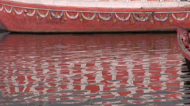 Abstracto-colorido-barco-reflejo-de-agua-Ganges