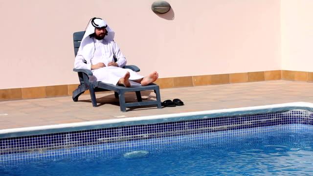 Saudi-arabischer-Mann-Sie-am-Swimmingpool
