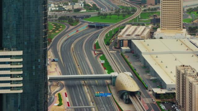 Ve-el-techo-de-la-estación-de-metro-de-día-luz-dubai-centro-carretera-4-k-tiempo-lapso-Emiratos-Árabes-Unidos