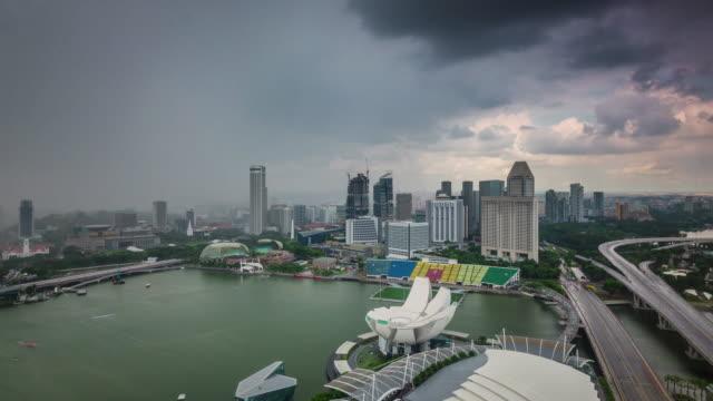 de-lluvias-al-famoso-hotel-de-cielo-soleado-Singapur-Ve-el-lapso-de-tiempo-de-4-k