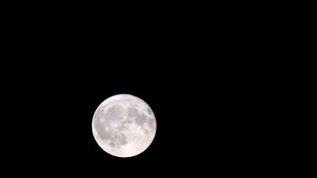 Full-moon-in-the-night-sky-after-sunset-during-a-september-evening-