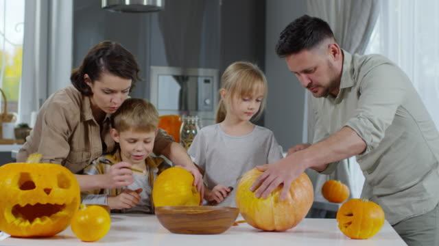 Eltern-und-Kinder-Halloween-Kürbisse-schnitzen