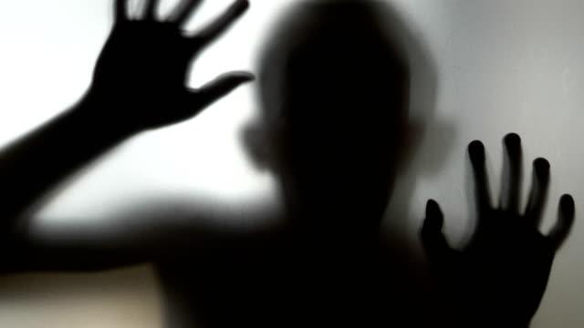 Beängstigend-Mensch-hinter-Milchglas-in-4-k-Slow-Motion-60fps
