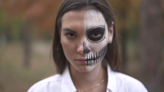 Halloween-Smiling-woman-with-dead-man-makeup