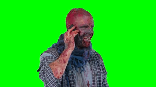 Hombre-zombie-utilizando-teléfono-celular-llamar-a-alguien