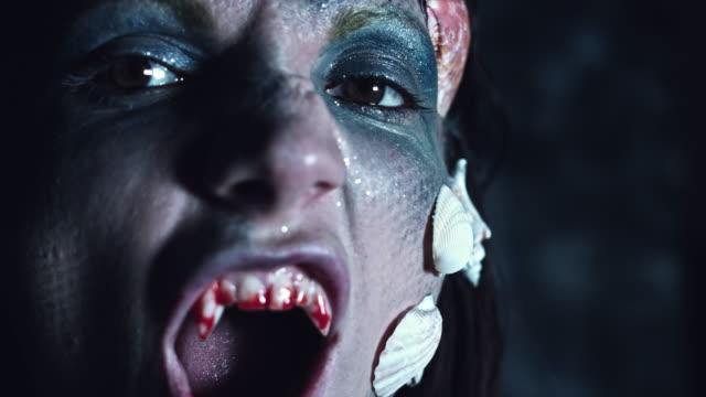 4-k-tiro-de-Halloween-de-terror-mujer-sirena-mostrando-dientes-de-vampiro-sangriento