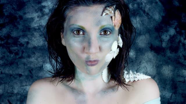 4k-tiro-de-Halloween-de-una-mujer-sirena-haciendo-muecas-como-un-pez