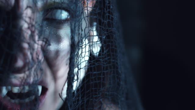 4-k-tiro-de-Halloween-de-terror-mujer-sirena-con-colmillos-y-ojos-blancos