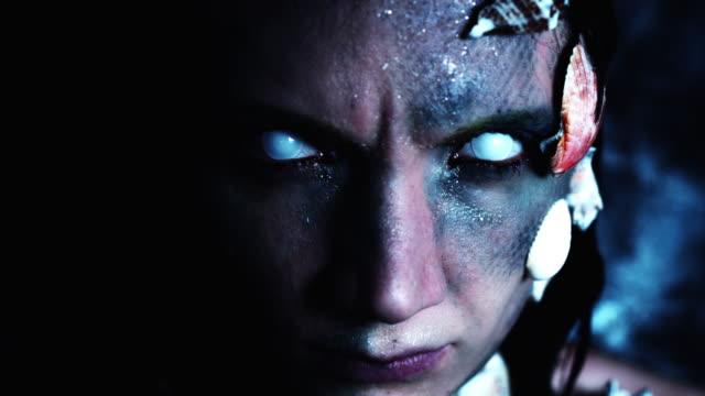 4k-tiro-de-Halloween-de-un-Horror-mujer-sirena-mirando-mal-cam-de-dolly