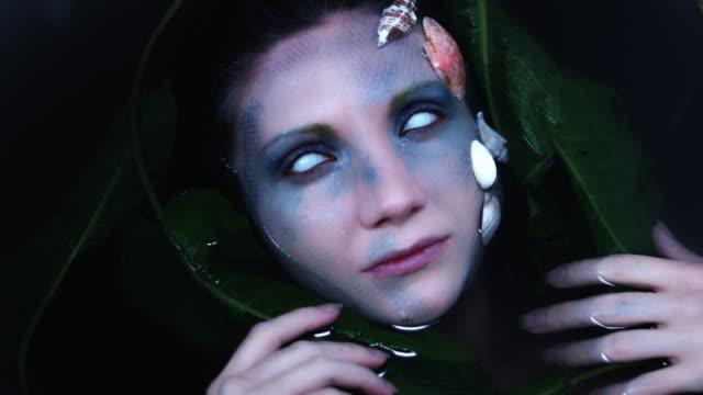 4-k-tiro-de-Halloween-de-terror-mujer-sirena-en-el-agua-con-los-ojos-blancos