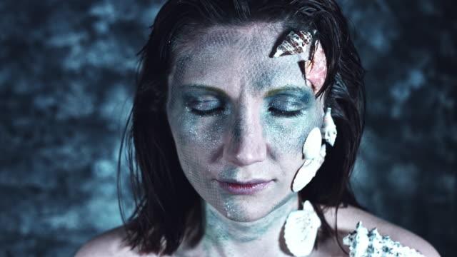 4-k-tiro-de-Halloween-de-un-Horror-mujer-sirena-abertura-Whiteout-ojos