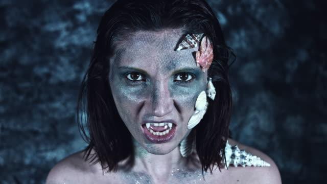 4-k-tiro-de-Halloween-de-terror-mujer-sirena-con-dientes-de-vampiro