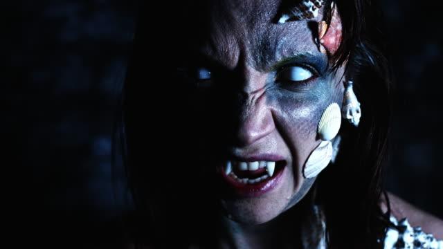 4-k-tiro-de-Halloween-de-un-Horror-mujer-sirena-gritando-con-dientes-de-vampiro
