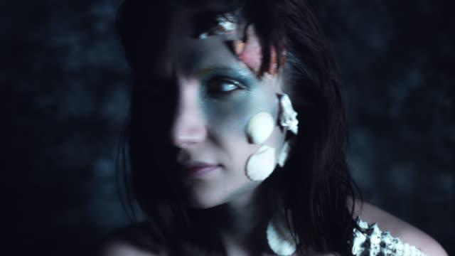4-k-tiro-de-Halloween-de-terror-mujer-sirena-en-cámara-con-ojos-blancos