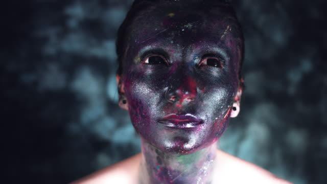 4k-tiro-cósmica-de-una-mujer-con-maquillaje-extraterrestre-mirando-alrededor