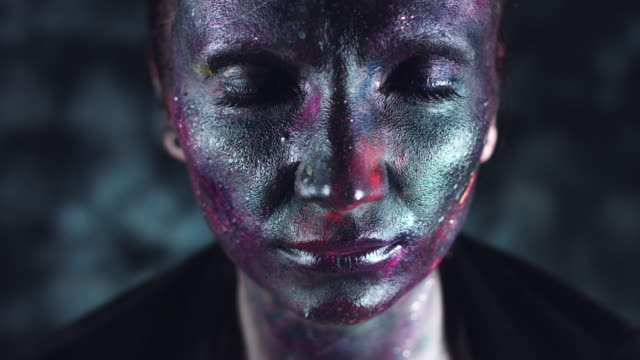 4k-tiro-cósmica-de-una-mujer-con-maquillaje-extranjero-apertura-apagón-ojos
