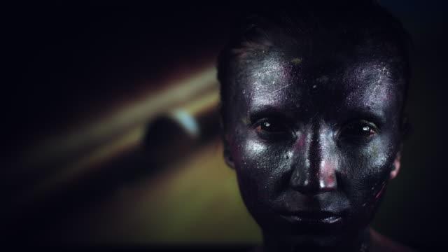4k-tiro-cósmica-de-una-mujer-con-maquillaje-extraterrestre-en-el-fondo-de-la-galaxia