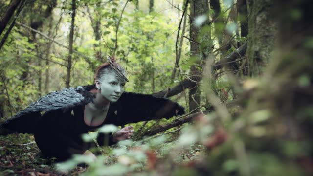 4k-Halloween-mujer-oscura-del-ángel-con-alas-negras-en-el-bosque-despierta