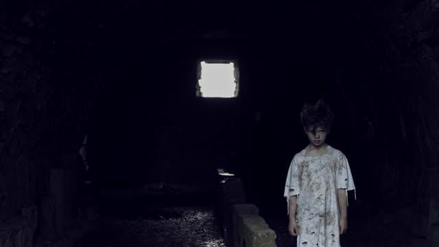 4-k-Horror-Shot-de-un-niño-abandonado-siendo-secuestrado-por-una-criatura