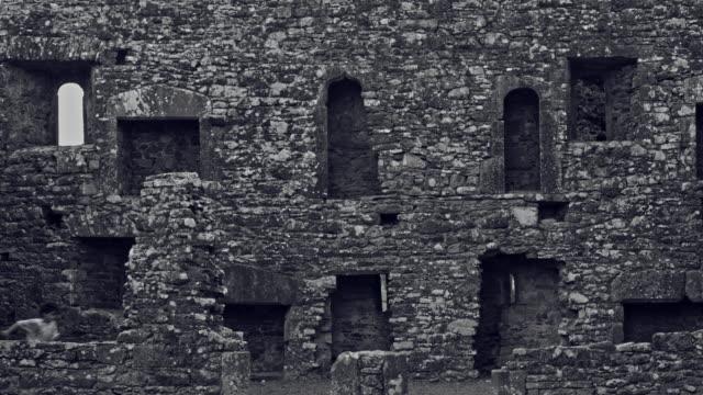 4-k-Horror-Shot-de-un-niño-abandonado-en-ruinas