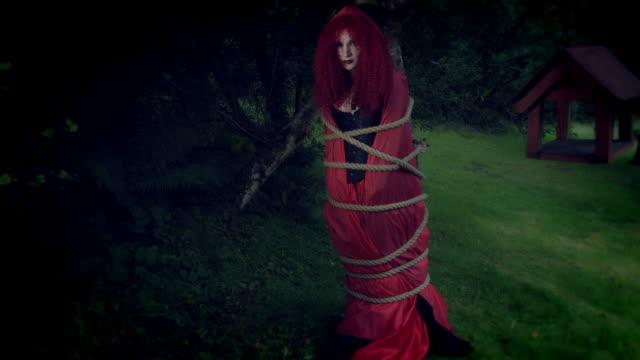 4k-Halloween-Schuss-von-Red-Riding-Hood-mit-Seilen-gefesselt