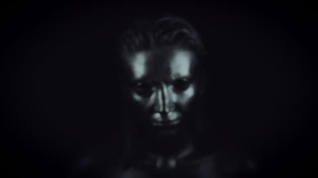 4K-Horror-Frau-mit-Silber-Metallic-Make-up-vergrößern-Sie-Gesicht