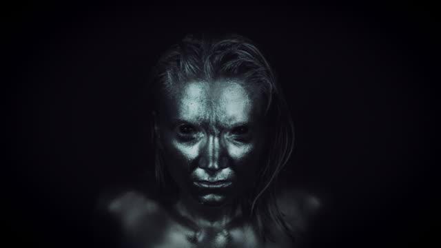 4-K-Horror-mujer-con-plata-metálico-maquillaje-en-movimiento-rápido-a-la-cámara