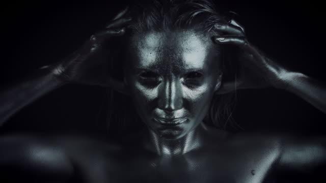 4K-Horror-de-mujer-con-maquillaje-metálico-Plata-zoom-a-la-cara