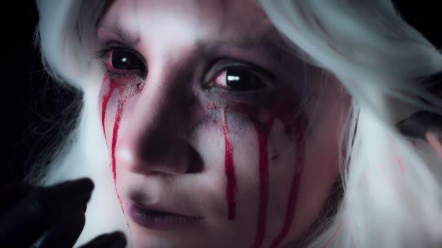 4K-Horror-bruja-cara-primer-plano-con-Bloody-Tears