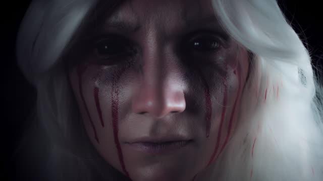 4K-Horror-bruja-con-Bloody-Tears-mostrando-Shush