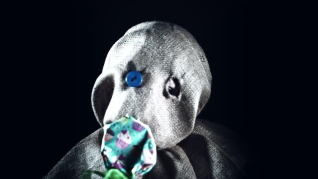 4K-Horror-espantapájaros-con-máscara-de-arpillera-come-paleta