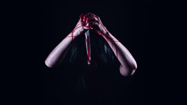 4K-Horror-Gruselig-Frau-mit-Messer-mit-Blut