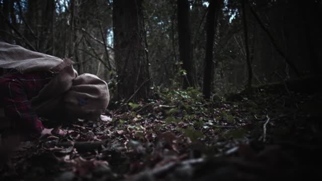 4K-Horror-Vogelscheuche-mit-Sackleinen-Maske-erscheint-in-Kamera