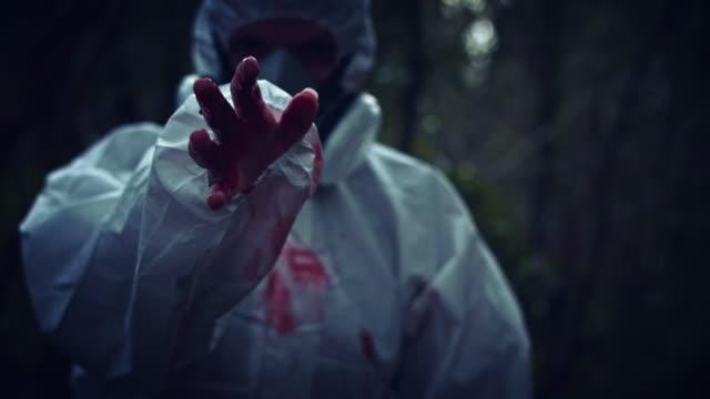 4K-Horror-científico-Nuclear-asesino-mostrando-la-mano-con-sangre