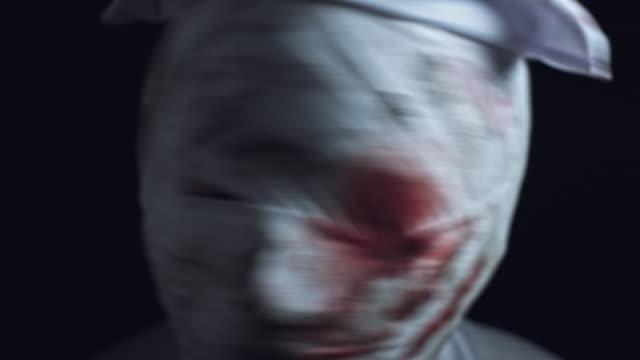 4k-Horror-enfermera-Zombie-sacudiendo-cabeza-zumbido-hacia-fuera