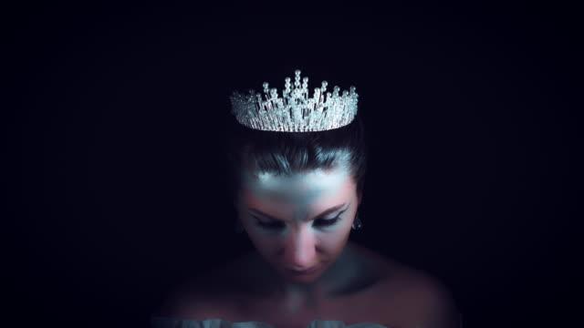 4K-Halloween-mujer-en-traje-de-Reina-blanca-y-la-corona