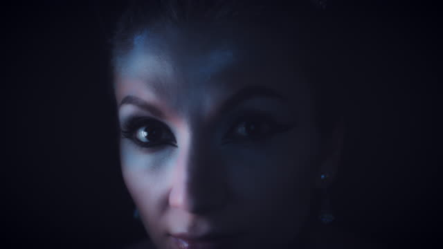 4K-Halloween-mujer-en-reina-primer-plano-ojos-blancos