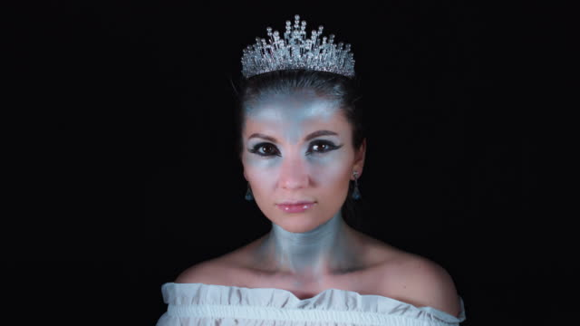 4K-Halloween-mujer-en-traje-de-Reina-Blanca-posando