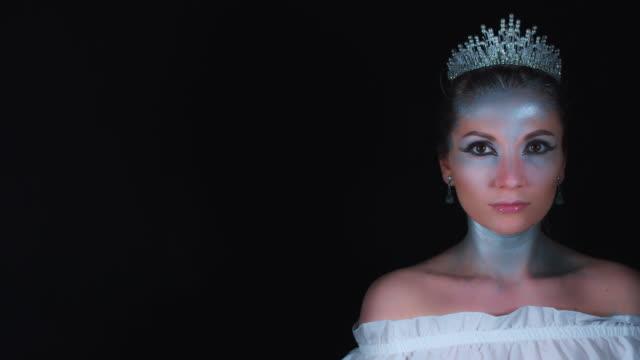 4K-Halloween-Woman-in-White-Queen-Costume-Posing