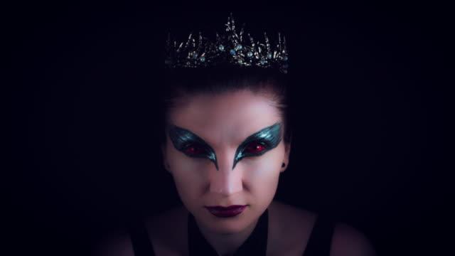 4K-Halloween-Horror-mujer-que-aparece-de-la-oscuridad