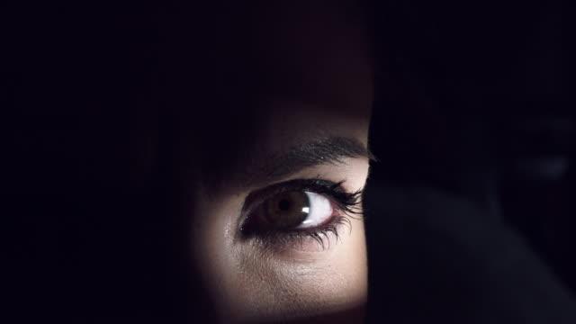 4K-Thriller-Frau-Auge-mit-Tränen-zu-weinen