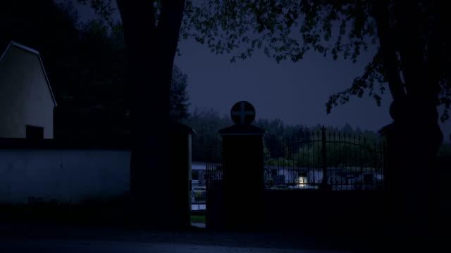 Beängstigend-Friedhof-Nacht-Unsichtbarer-Geist-schließt-und-öffnet-Friedhof-Tor-