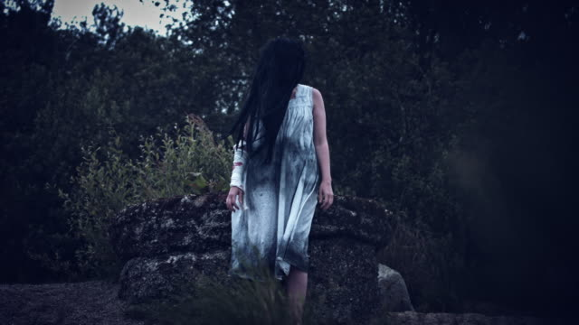 4-k-Horror-Frau-in-schmutzigen-Kleid-im-Wind-stehen