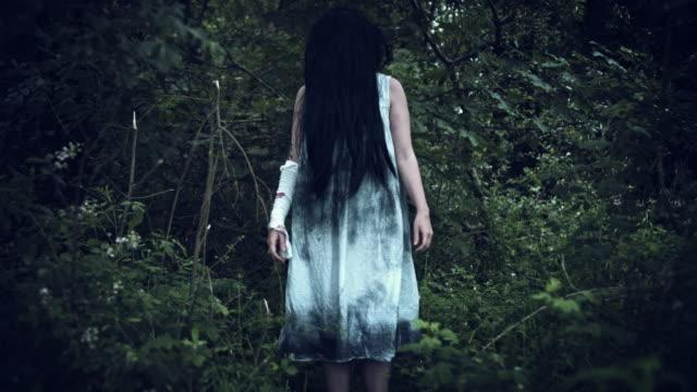 4-k-Horror-Frau-in-schmutzigen-Kleid-im-Wald