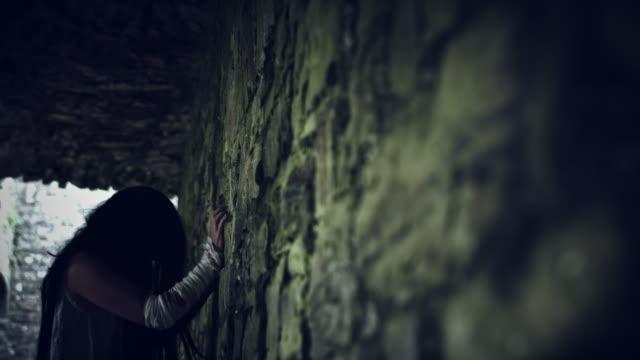 4-k-Horror-Psycho-Frau-Schaben-der-Wand