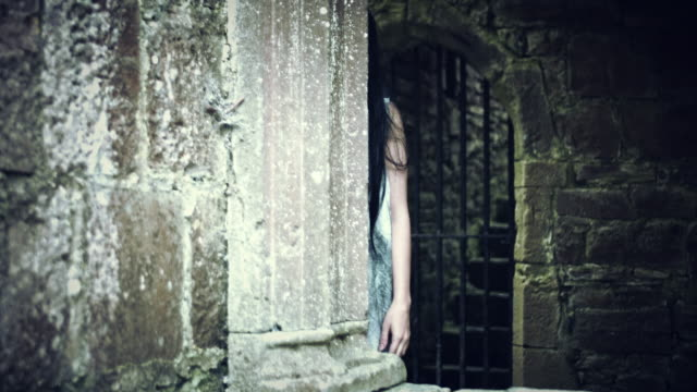 4k-Horror-Psycho-Woman-in-Haunted-Abandoned-House
