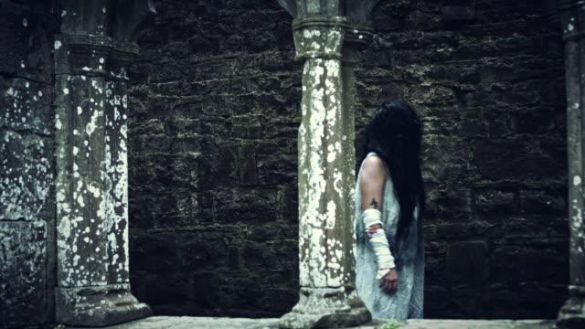 4-k-Horror-Psycho-Frau-zu-Fuß-im-Geisterhaus